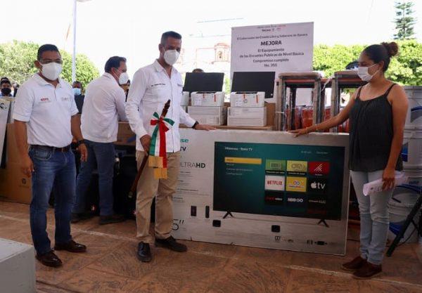 Reciben mobiliario y equipo 22 escuelas de Valles Centrales a través del IEEPO