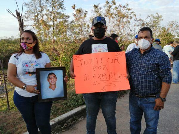 Padres de Alexander piden a AMLO justicia por asesinato del joven a manos de policías de Acatlán