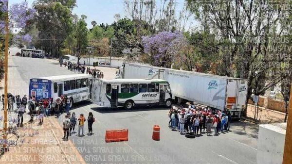 Normalistas bloquean súper carretera Oaxaca-Tehuacán, piden contratación inmediata