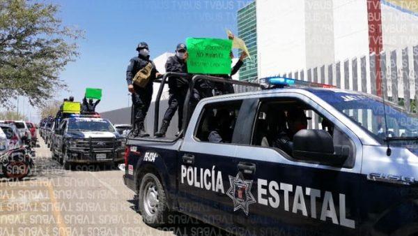 De manera pacífica se manifiestan policías estatales en el congreso de Oaxaca