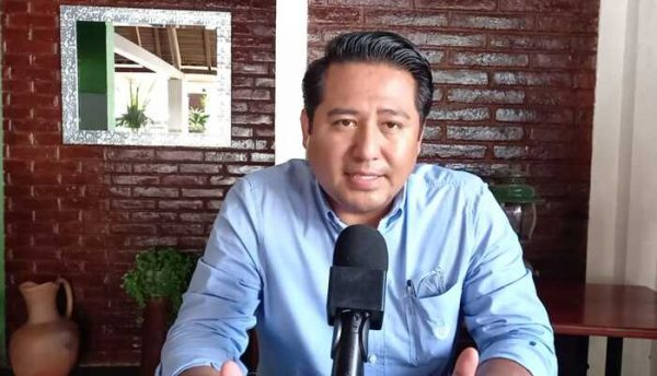 Renuncia Rey Magaña a candidatura para la reelección en Valle Nacional
