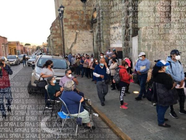 Adultos mayores esperaron hasta diez horas para ser vacunados en Oaxaca de Juárez