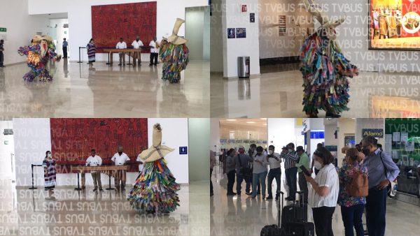 Con marimba y carnaval putleco, reciben a turistas en aeropuerto de Oaxaca