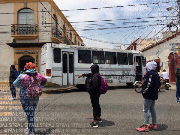 Normalistas entregan pliego petitorio y bloquean calles de Oaxaca