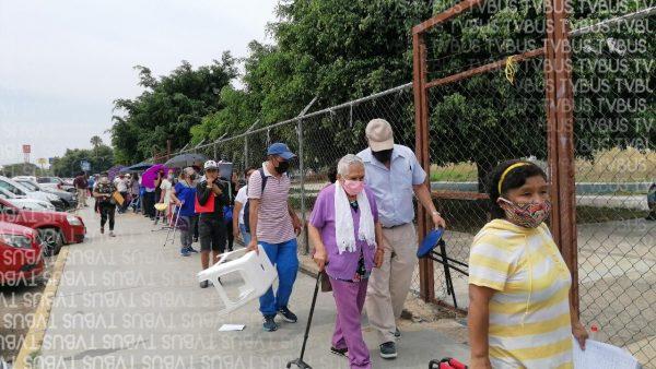Segunda dosis en Oaxaca entre alegría, ansiedad y molestia; reorganizan fila en plena jornada