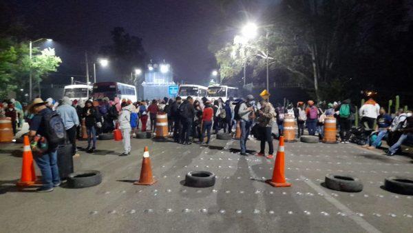 Por bloqueo de normalistas, aeropuerto suspende operaciones, podrían reanudarse a las diez de la mañana