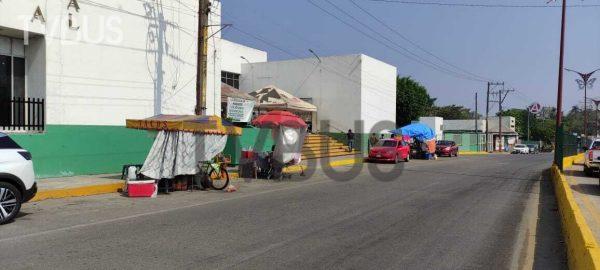 Ambulantes se reinstalan frente al IMSS de Tuxtepec, ante el cambio de semáforo verde