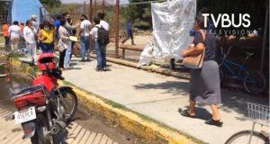 Pese a aviso de no hacer fila, ciudadanía continúa apartando lugares en sedes de vacunación en Oaxaca
