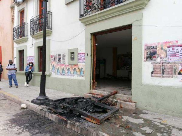 Normalistas se van contra la Sección 22; queman puerta de edificio sindical