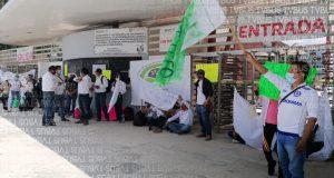 Trabajadores de Telebachilleratos bloquean accesos en ciudad administrativa, piden reunión con SEGEGO