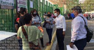 Discuten maestros por ser excluidos de la fila, en sede del polideportivo en Oaxaca de Juárez