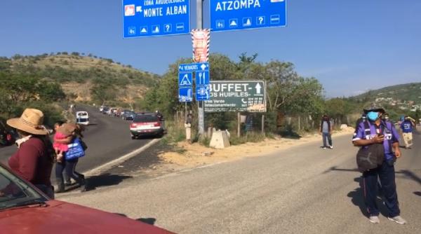 Habitantes de San Pedro Ixtlahuaca instalan bloqueo en crucero a Monte Albán