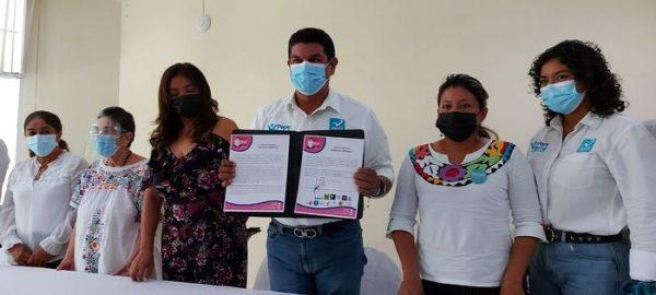 Pepe Villamil firma el Pacto por la Mujer y la Vida