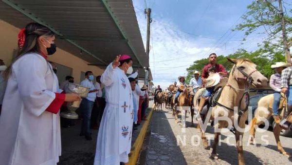 Con paseo  de pendones, jinetes celebran a San Juan Bautista en Tuxtepec