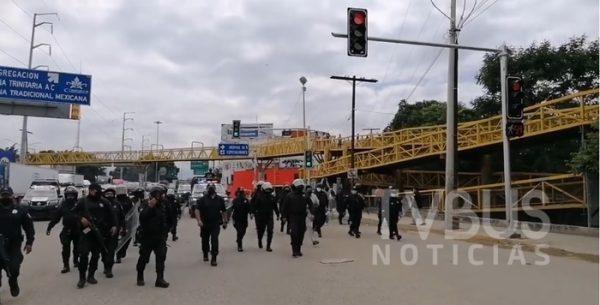 Policía estatal y municipal de Oaxaca, retiran bloqueo de la organización 14 de junio