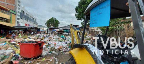 Trabajadores de limpia pública, inician paro de labores en la central de abasto en Oaxaca