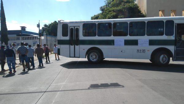 Estudiantes rechazados de la UABJO bloquean calzada Porfirio Díaz