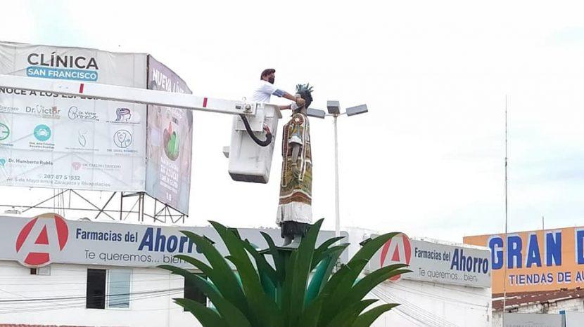 """Montan cubrebocas a monumento """"Flor de piña"""", y otros, en Tuxtepec para fomentar su uso"""
