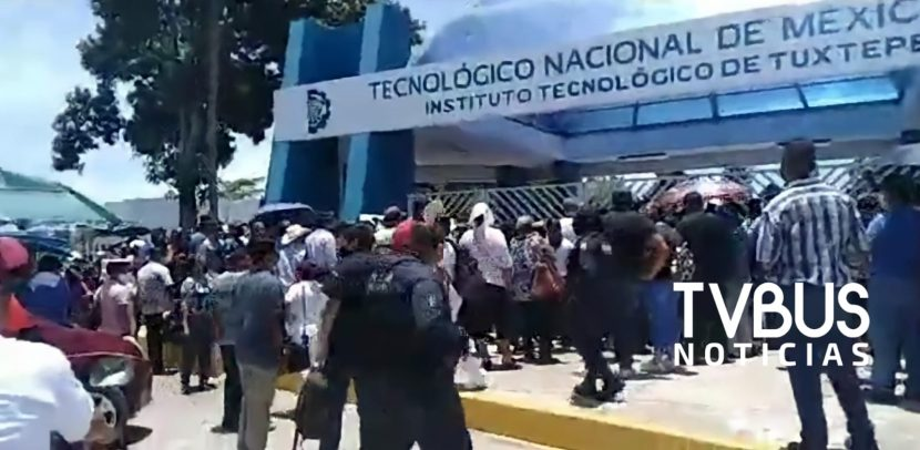 Habitantes de Veracruz quieren vacunarse en Tuxtepec y generan tensión