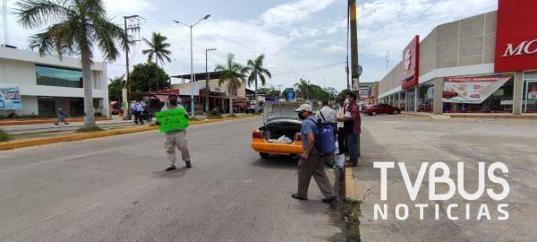 Taxistas de Tuxtepec desinfectan por cuenta propia sus unidades por alza de casos Covid