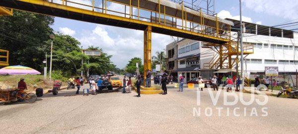 Con bloqueo, vecinos exigen al gobierno de Tuxtepec atención ante una obra que les provocó inundaciones y más contaminación
