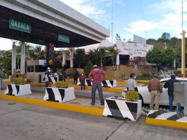 Autoridades de la Mixteca tomaron caseta de Huitzo, para exigir reparación de carreteras y puentes