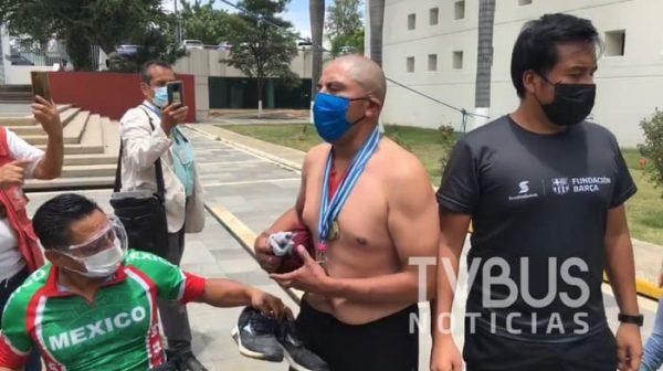 Deportistas paralímpicos se manifiestan en Congreso del Estado, uno de ellos se quitó playera y zapatos en plena sesión