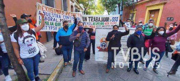 """Instala SITyPS plantón frente a """"Casa Oficial"""" en Oaxaca, denuncian despido masivo injustificado"""