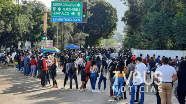Cientos de jóvenes oaxaqueños acuden a vacunarse en la capital