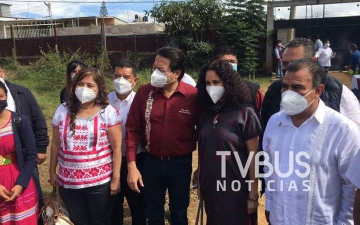 Mario Delgado pasea a Susana Harp en confirmación de comités de Morena en Oaxaca