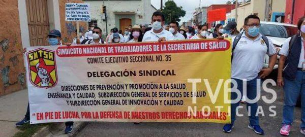 Marchan trabajadores de la Sección 35 en contra de despidos masivos, previo a visita de AMLO a Oaxaca