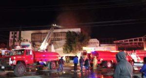 Unidades de emergencia participan coordinadamente para sofocar incendio en bodega de pinturas, en San Sebastián Tutla