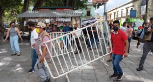 Comerciantes establecidos retiran vallas metálicas de calles del Centro Histórico de Oaxaca