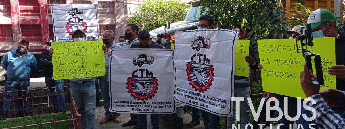 Transportistas de la CTM, protestan en las oficinas de la SEMARNAT en Oaxaca