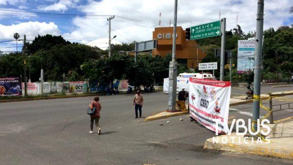 Por si fuera poco, ex trabajadores de salud también bloquean en la ciudad de Oaxaca