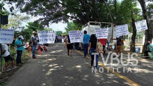 Simpatizantes de PANAL en Chiltepec, bloquearon carretera para exigir validación de su candidato electo