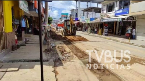 Comerciantes de Tuxtepec paran obra de agua potable por mala logística y caos en el centro
